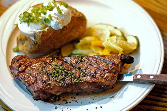 Steak yanında kumpir patates