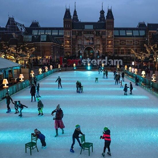 Amsterdam, Hollanda'daki Müze Meydanı'nın buz pateni