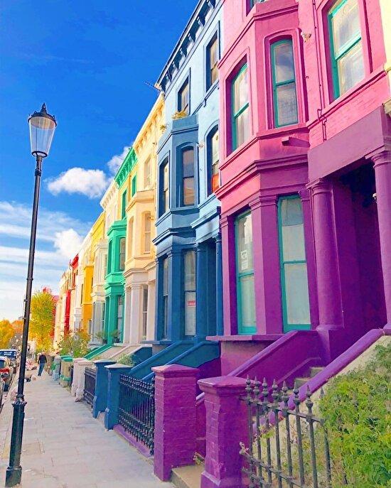 Londra'nın renkli binalarla dolu sokağı