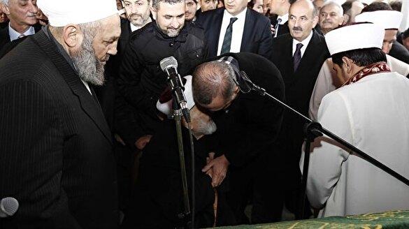Erdoğan Emin Saraç hocanın elini öptü