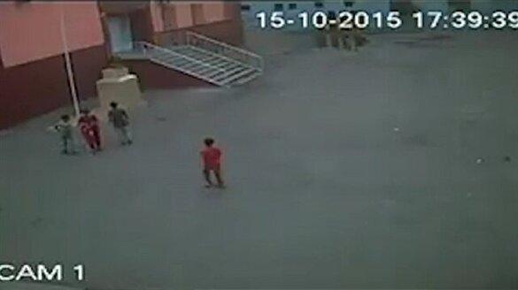 PKK'nın indirdiği bayrağı çocuklar öperek yerine astı