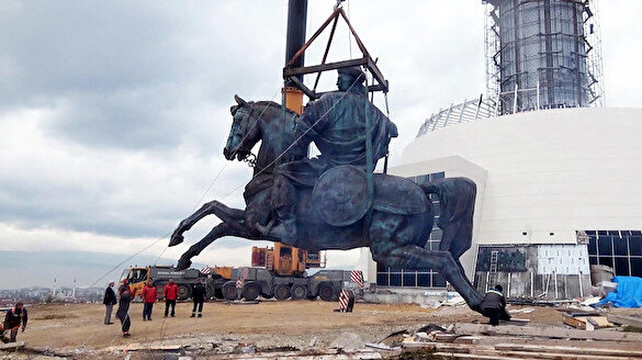 19 tonluk dev Köroğlu heykeli yerine konuldu