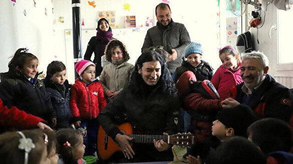 Murat Kekilli savaş mağduru çocukları şarkılarıyla şenlendirdi