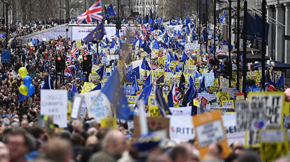 Brexit için referandum isteyenler sokakları doldurdu