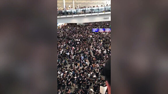 Protestocuların bastığı Hong Kong Havalimanı'nda uçuşlar iptal
