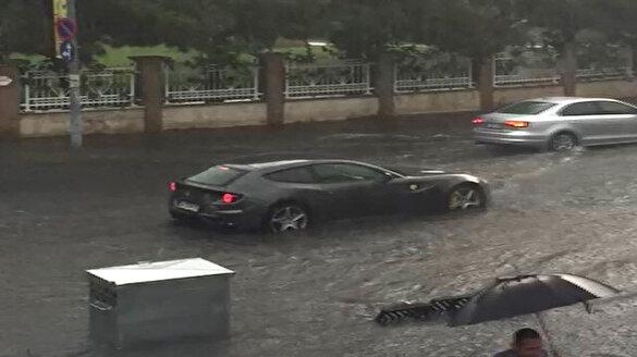 Caddebostan'da milyonluk Ferrari suda mahsur kaldı