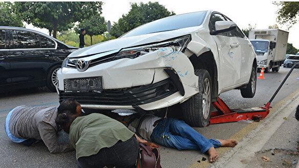 Otomobilin altında kalan yaralı kriko yardımıyla kurtarıldı