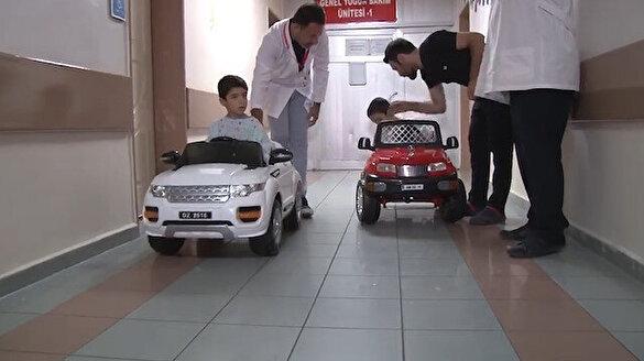 Çocukların ameliyat korkularını akülü arabayla eğlenceye dönüştürdü