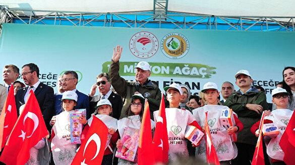 Cumhurbaşkanı Erdoğan fidan dikim etkinliğinde çocuklarla şarkı söyledi