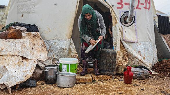 İnsanlık İdlib'de büyük bir sınav veriyor: Çöplerle ısınıyor yağmur suyu içiyorlar