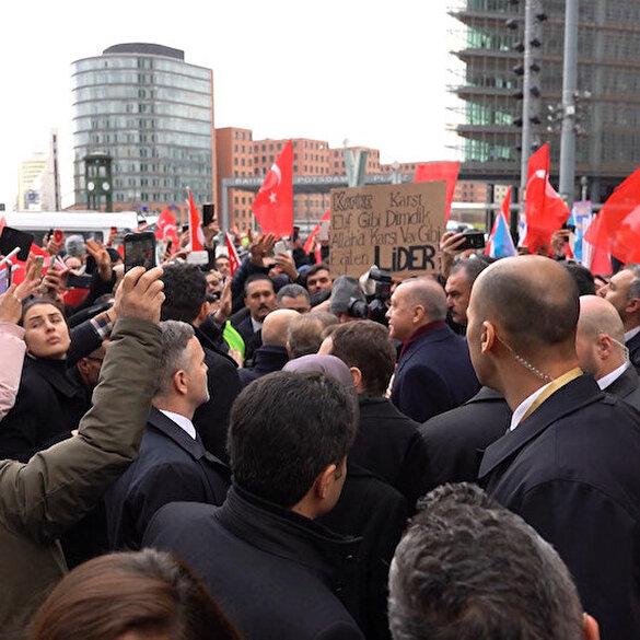 Cumhurbaşkanı Erdoğan'ı Berlin'de Türk vatandaşlar karşıladı