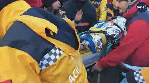 Enkaz altında kalan bir kadın daha kurtarıldı