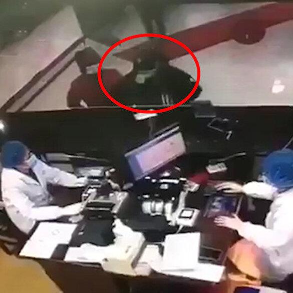 Korona virüs teşhisi konan adam tartıştığı görevlilerin üzerine öksürdü