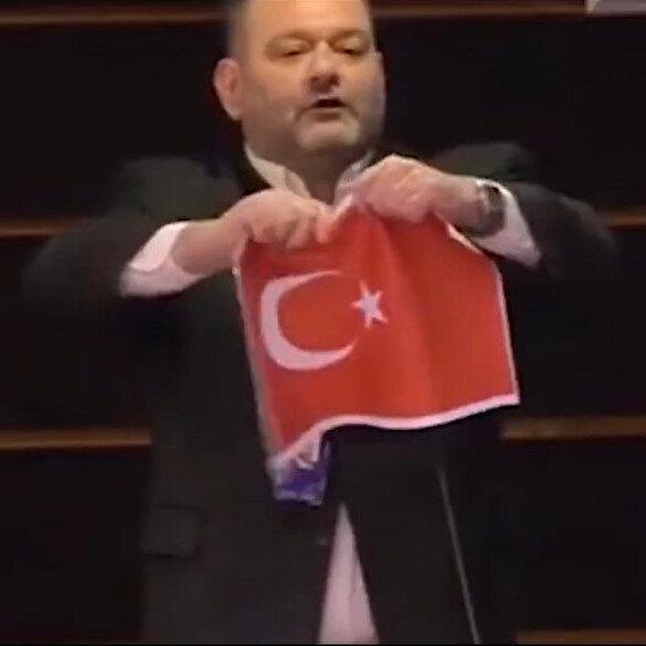 Hadsiz Yunan vekili Avrupa Parlamentosu'nda Türk bayrağı yırttı