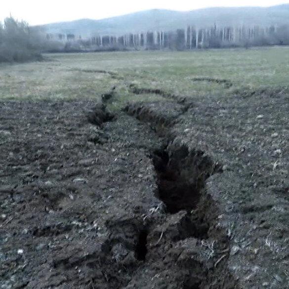 Elazığ depreminin ardından Pütürge'de dev yarıklar oluştu