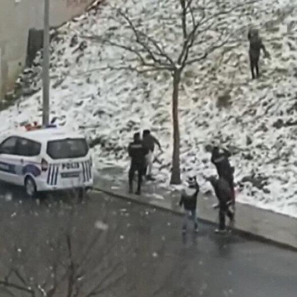 Çocuklarla kartopu savaşı yapan polisler 'ateşkes' ilan etti