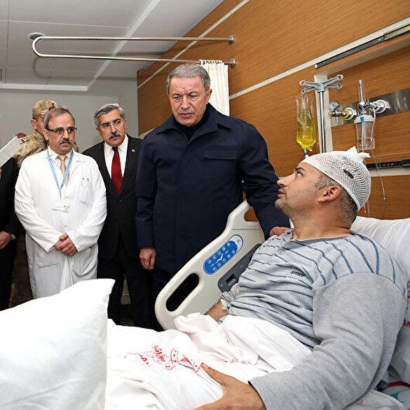 Bakan Akar ve komutanlar yaralı askerleri ziyaret etti