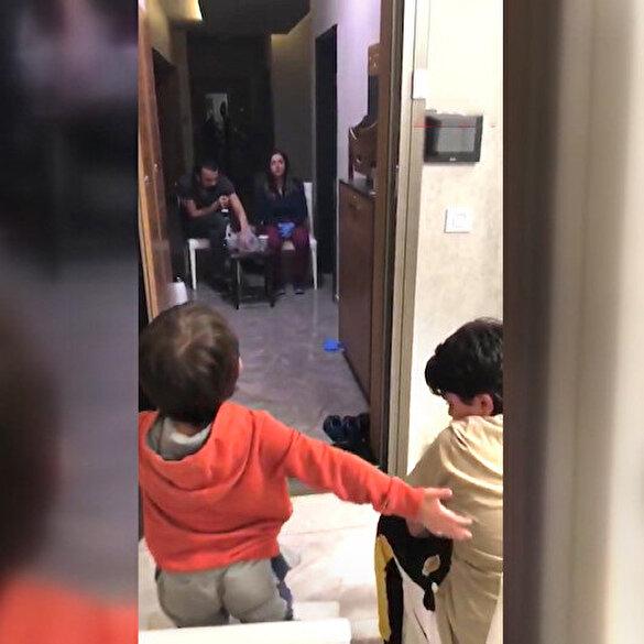Doktor çift koronavirüs sebebiyle çocuklarıyla mesafeyi koruyarak görüşebiliyor