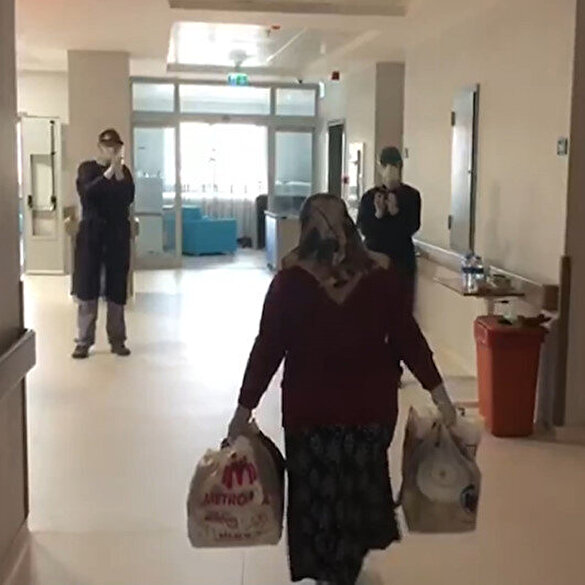 Koronavirüsü yenen Hatice teyze sağlık çalışanlarının alkışlarıyla uğurlandı