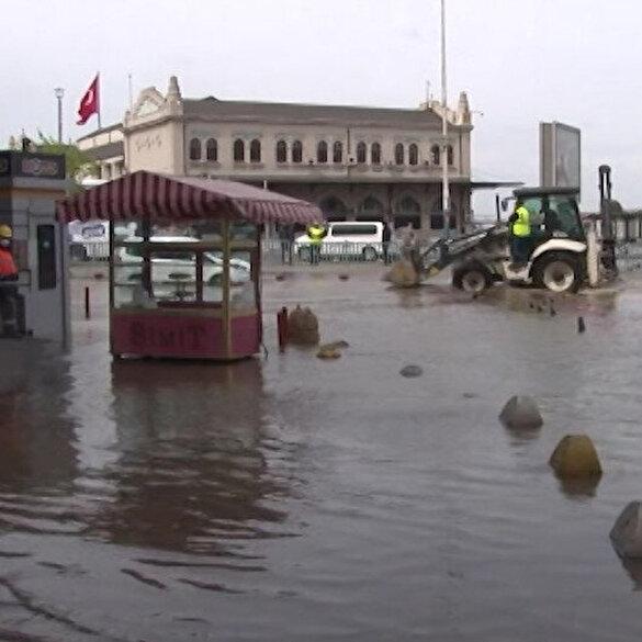 Kadıköy'de İSKİ ekipleri çalışma yaptıkları sırada atık su borusunu patlattı