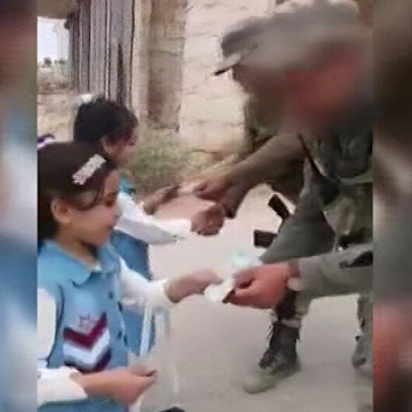 İdlib'de Mehmetçikler, çocuklara bayram harçlığı verdi