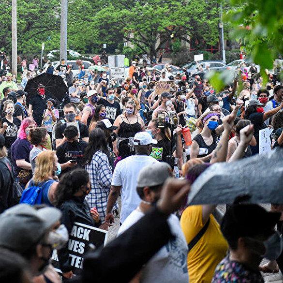 ABD'de siyahi vatandaşın polis şiddetiyle öldürülmesi binlerce kişi tarafından protesto edildi