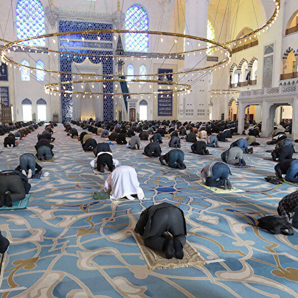 Çamlıca Camii'nde sosyal mesafeli Cuma namazı