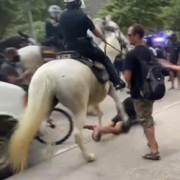 Gerilimin tırmandığı ABD'de atlı polis göstericiyi ezdi
