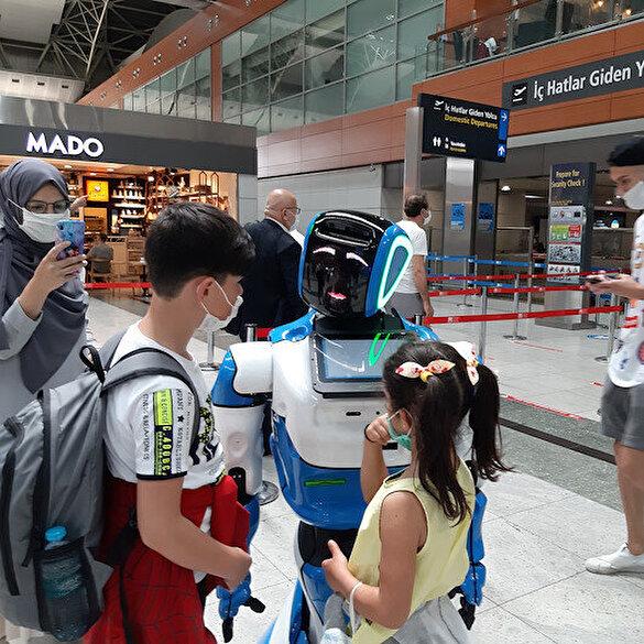 Havalimanında robotlu koronavirüs önlemi