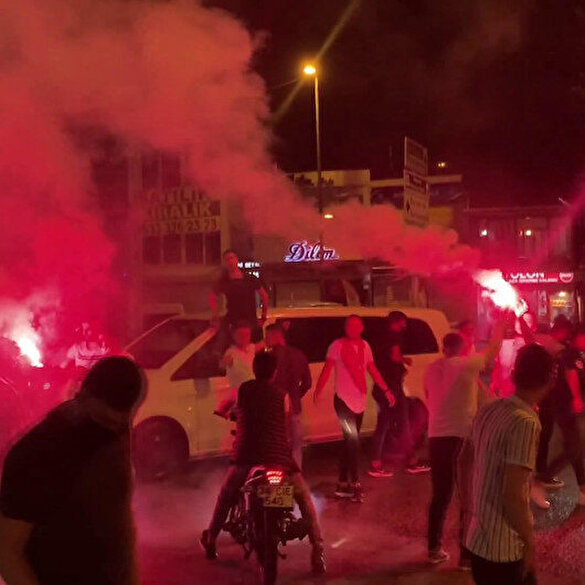 Beykoz'daki asker uğurlamasında yine sosyal mesafe hiçe sayıldı: Bakan Soylu'dan uyarı geldi