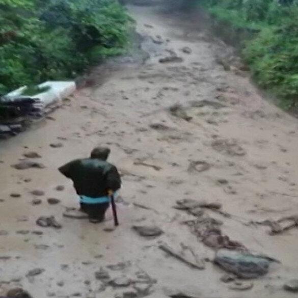 Rize'de sel sularını izleyen vatandaş gözden kayboldu: Korku dolu anlar kamerada