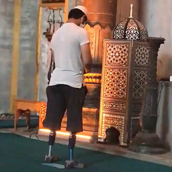 Ayasofya Camii'nde protez ayaklarıyla namaz kılan genç duygulandırdı