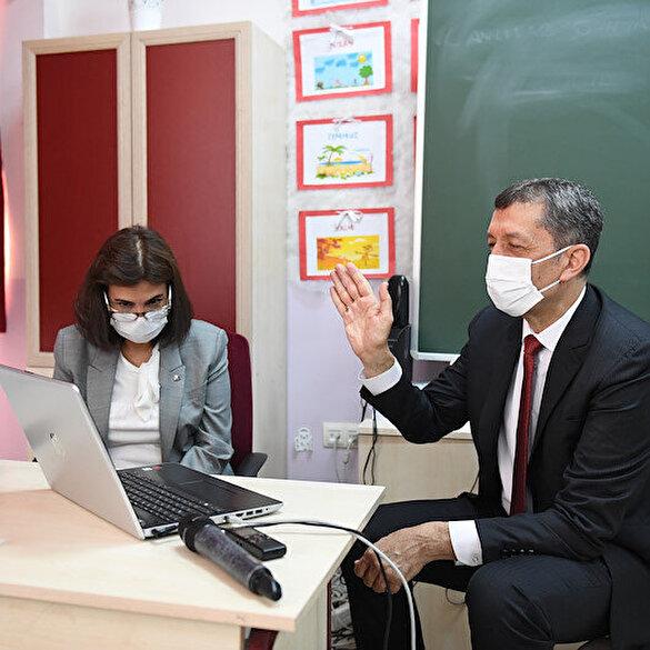 Bakan Ziya Selçuk, 'EBA Canlı Sınıfı'nı ziyaret etti