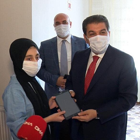 Esenler Belediye Başkanı Göksu ev ev gezerek ihtiyacı olan öğrencilere tablet hediye etti