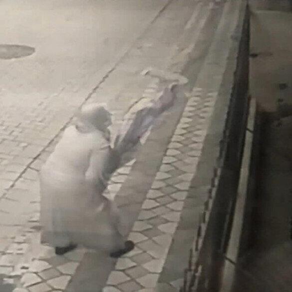 Şehit Esma Çevik'in babaevine asılan Türk bayrağın ipini kopararak yere atan kadın kamerada