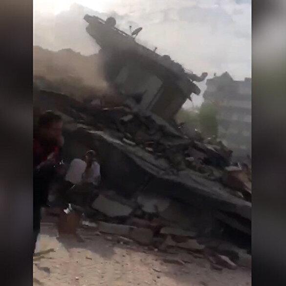 Binalar yerle bir: İzmir'de deprem sonrası yıkılan bina çevresinde panik anları