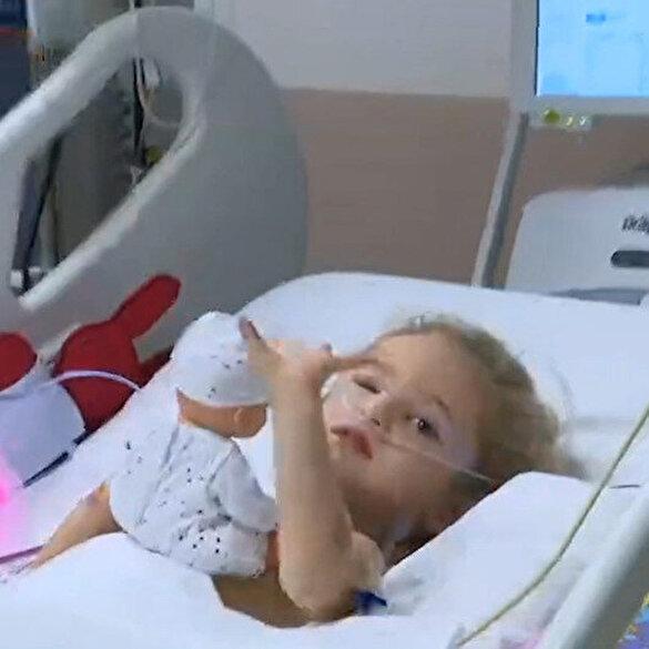 3 yaşındaki minik Elif'in hastane odasından ilk görüntüsü: Bebeğiyle oynarken kameraya el salladı