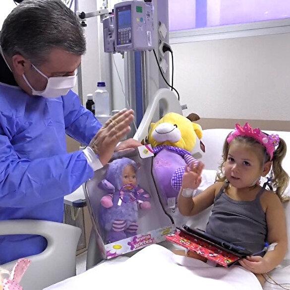 Bakan Koca İzmir'de depremzede çocuklar Elif ve Ayda'yı ziyaret etti