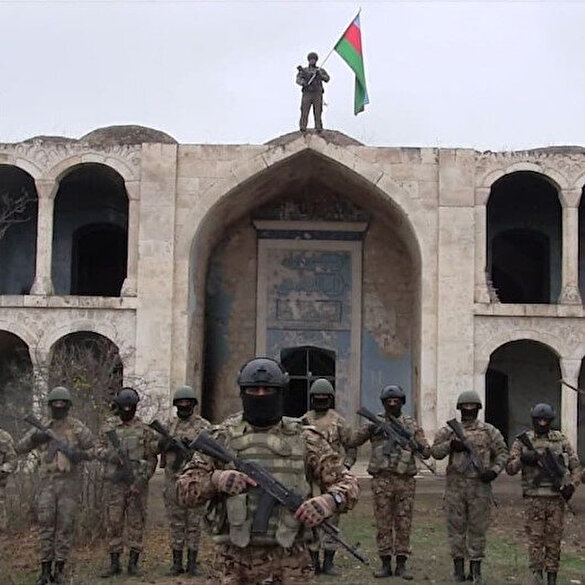 Azerbaycan ordusu, işgalden kurtarılan Ağdam'a Azerbaycan bayrağı dikti