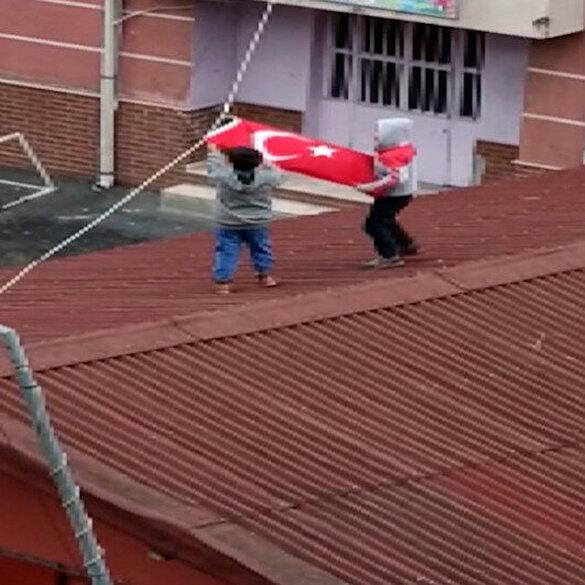 Küçük çocukların bayrak sevgisi: Rüzgarda toplanan bayrağı açmak için hayatlarını tehlikeye attılar