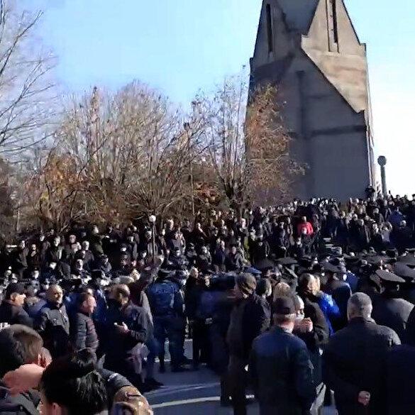 Karabağ hezimetinin ardından ilk kez dışarı çıkan Paşinyan'a dev protesto: Nikol haini!