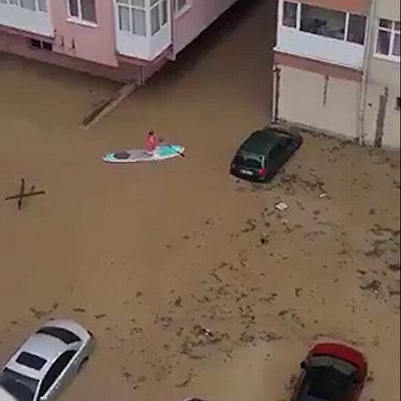 İzmirli vatandaş sele teslim olan apartmanına kanoyla ulaştı