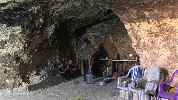 İşgalci İsrail ev yapmalarını engelleyince, Filistinli aile mağarayı eve çevirdi
