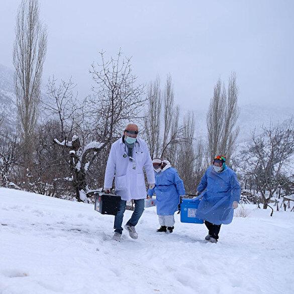 Sağlıkçıların karla kaplı Toros Dağı eteklerindeki zorlu 'aşı' mesaisi