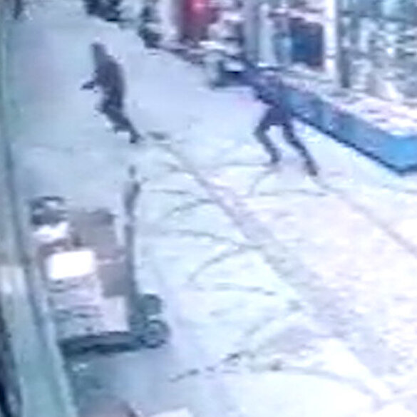 Fatih'te silahlı saldırıda yaralanan adam kalkıp kendini vuran adamı böyle kovaladı