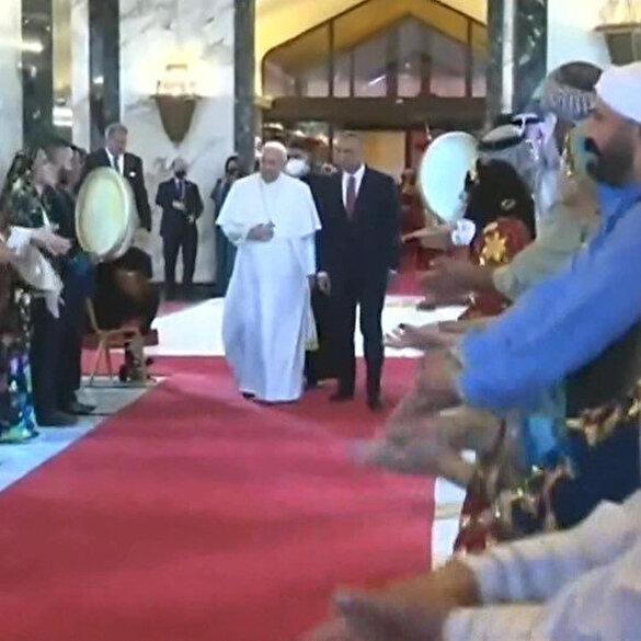 Irak'a giden Papa'yı halayla karşıladılar