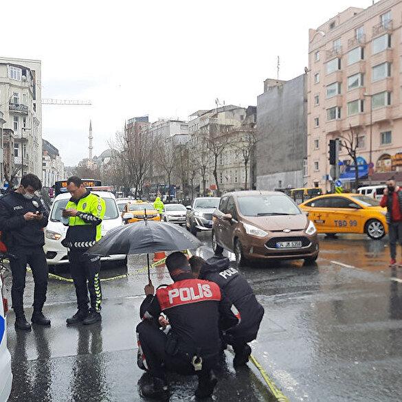 Beyoğlu polisinden örnek davranış: Yaralı kurye ıslanmasın diye şemsiye açtılar
