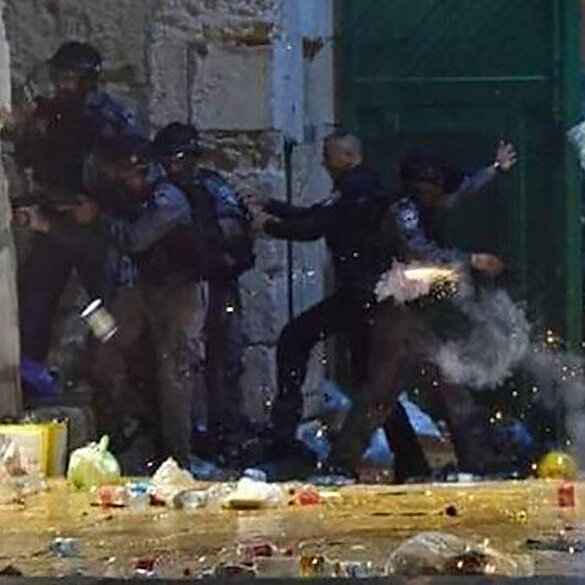 İşgalci İsrail'in zulmü devam ediyor: Mescid-i Aksa'da cemaate saldırdılar