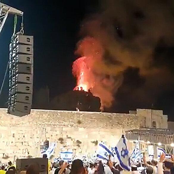 Fanatik Yahudiler Mescid-i Aksa'daki yangını kutlama yaparak izledi