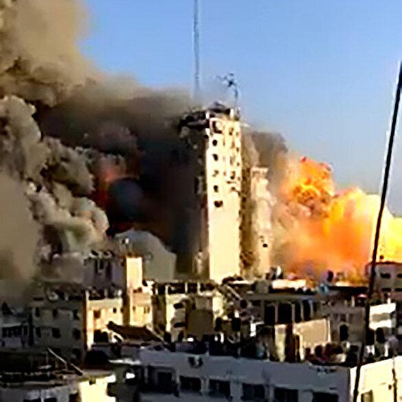 İşgalci İsrail Gazze'yi bombalıyor: Vurulan binanın yıkılma anı kamerada